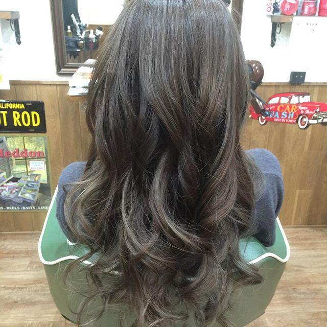ハイライトを入れて上からグレージュでカラーしてセットした時に髪の動きが立体的に出る様にカラー!!