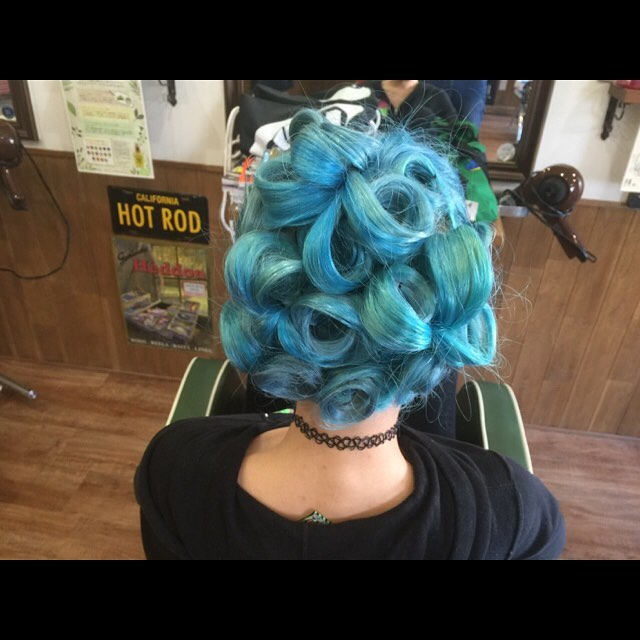 50'sアメリカンなノリのピンナップ風に仕上げました(^-^)#hair#hairset#hairarrange#50s#pinup#pinuphair#bulehair#turcoise#hairstyle#haircolor#chicago_hair_studio#haircut#hairset#豊橋#豊橋美容院#美容師#散髪#床屋#barber#シカゴスタイル#chicagohairstudio