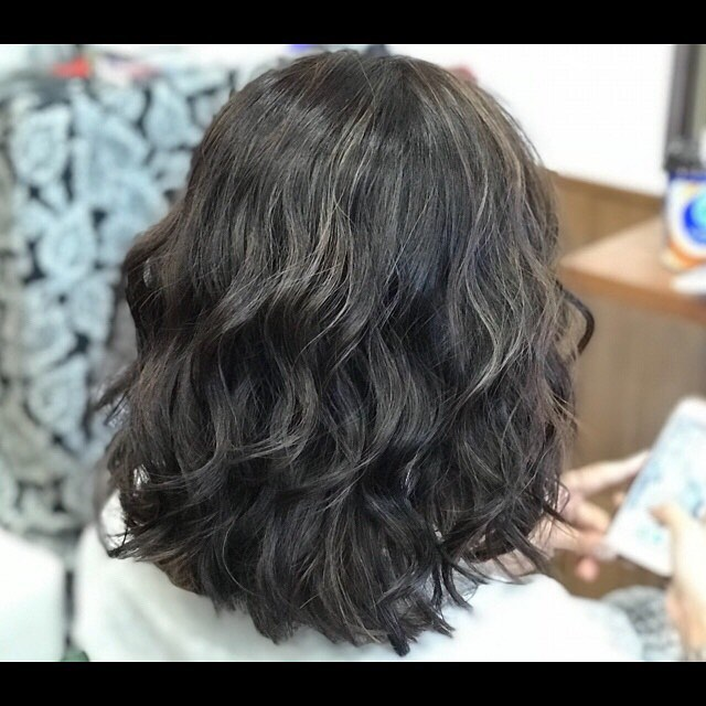 Blue ash / highlight hair︎細かいハイライトを全体的に配置して暗くても動きのあるスタイルに︎..#hairsalon#beautician#愛知#hairstyle#haircut#hairset#豊橋#豊橋美容院#美容師#美容院#hair#ashcolorhair #highlight #hair#middiumhair#haircolor#hightone #breachcolor