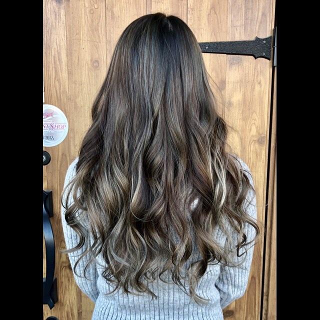 ハイライトヘア外国人風バレイヤージュ♡.暗くしたいけどただ暗いだけじゃ嫌普段のカラーに飽きてきた巻き髪をする方アレンジをする方にもおすすめです︎.#豊橋美容室#豊橋#岩田#beautysalon#hairsalon#hairdresser#shorthair#middiumhair#haircut#color#designcolor#ヘアセット#カット#カラー#グラデーションカラー#ハイライトカラー#ナチュラルヘア#ハイトーンカラー#ファッションカラー#ブリーチカラー#バレイヤージュ #バレイヤージュカラー
