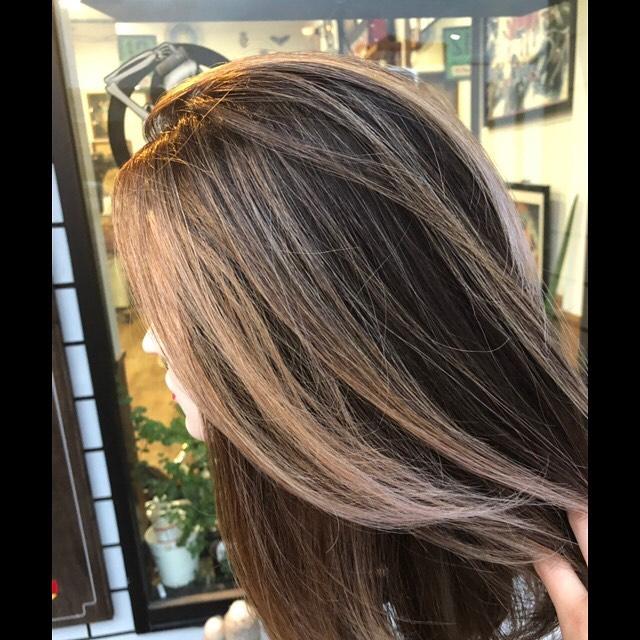 .根元が伸びても気になりにくいバレイヤージュ︎はっきりした明度差がご希望の場合は2回ブリーチをオススメする場合があります。.#豊橋美容院#豊橋#岩田#beautysalon#hairsalon#hairdresser#shorthair#middiumhair#haircut#color#designcolor#chicagohairstudio#シカゴヘアスタジオ#カット#カラー#グラデーションカラー#ハイライトカラー#ナチュラルヘア#ハイトーンカラー#ファッションカラー#ブリーチカラー#バレイヤージュカラー #balayage