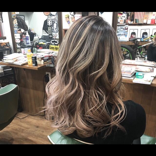 .balayage style!まとめても下ろしても可愛い外国人風なスタイル.伸びかけの生え際の色もグラデーション効果で目立たちにくいです.ハイライトが髪全体に部分的に入ることによって顔色を良く見せる効果もあります︎軽さや陰影を作り出し、髪に立体感をもたせることができます.バレイヤージュは回数を重ねるごとに深みが出るのでオリジナルなヘアになります︎,.#豊橋美容院#豊橋#岩田#beautysalon#hairsalon#hairdresser#shorthair#middiumhair#haircut#color#designcolor#chicagohairstudio#シカゴヘアスタジオ#カット#カラー#グラデーションカラー#ハイライトカラー#ナチュラルヘア#ハイトーンカラー#ファッションカラー#ブリーチカラー#バレイヤージュ#ピンクベージュ